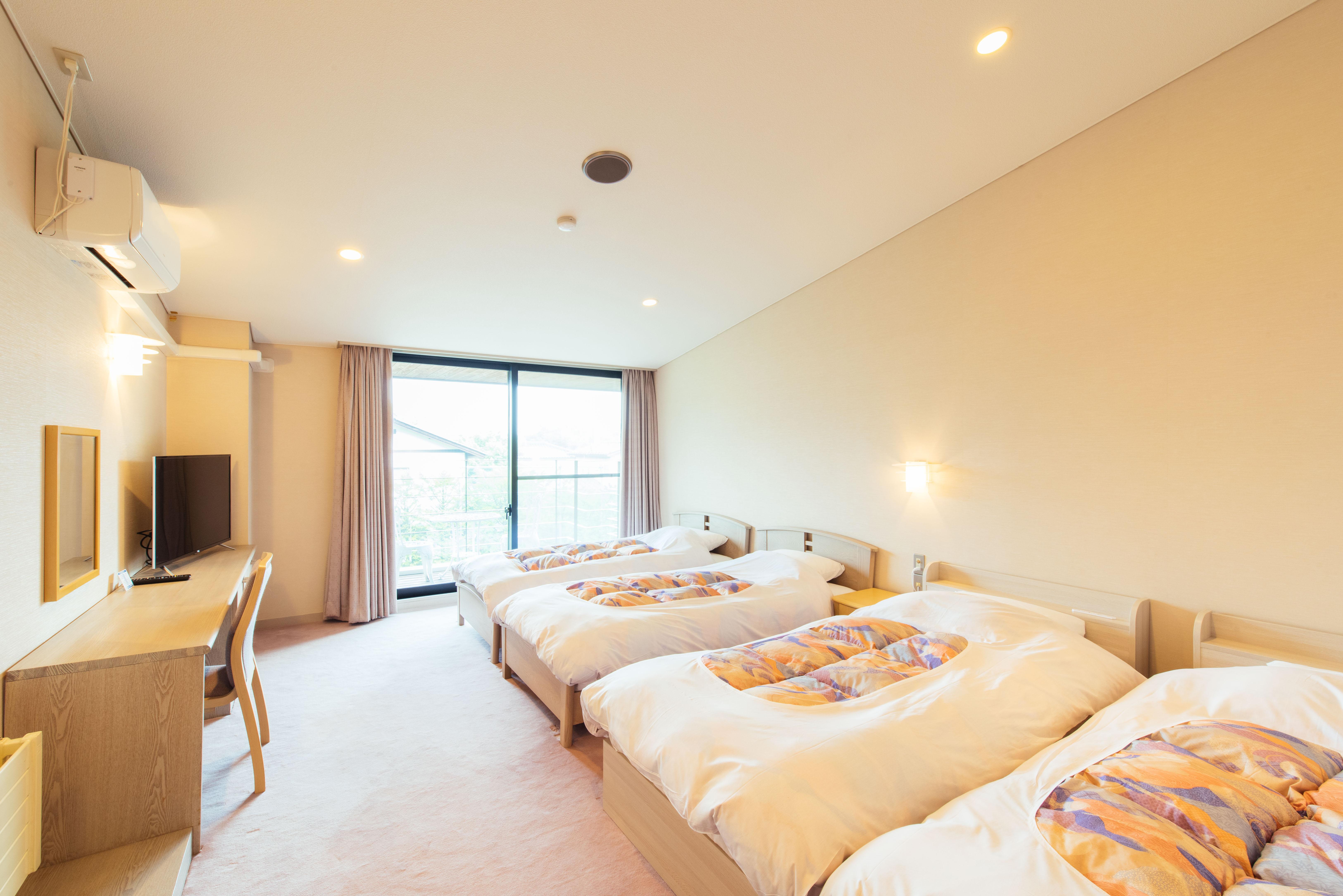"""西式房間(1~4人)《所有房間配備免費Wi-Fi》是朝南明亮的房間。最多可以住4名客人,可以和家人或朋友壹起使用。西式床鋪遊刃有余得安放在16.5平方米的空間,讓每位客人都能舒適享受。※附帶洗手間洗臉臺,配有洗漱用品(毛巾、浴巾、牙刷) 被褥為自助服務/無電梯(大浴場在2樓)連鎖店""""Ikoi山莊""""的大浴場也可使用。"""